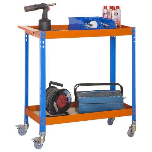 Carro metalico azul naranja con ruedas y estantes de madera